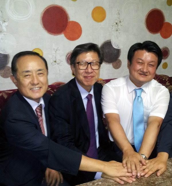 국회사무총장 취임 축하자리에 참석한 동아대 박홍석 부총장(왼쪽)과 황기식(국제전문대학원) 총장 비서실장과 함께 한 박 총장.
