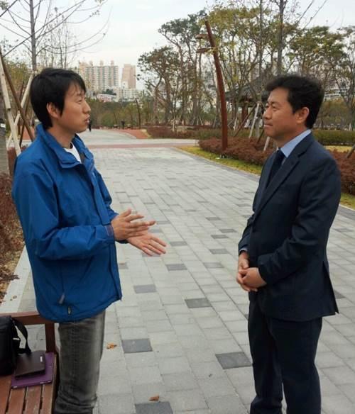 부산시민공원에 나들이 온 시민과 얘기를 나누고 있는 김 소장.
