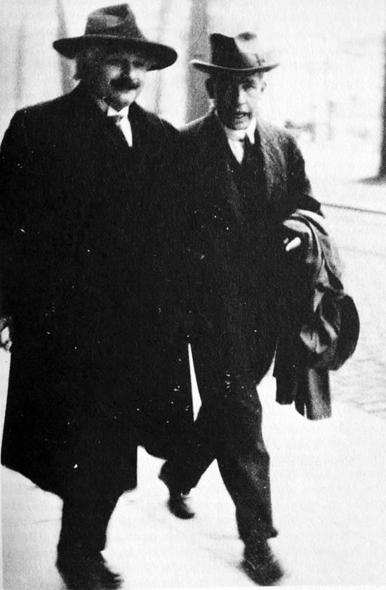 상대성이론 창안자인 아인슈타인과 양자역학의 아버지인 보어가 1930년 솔베이 회의가 열린 벨기에 수도 브뤼셀에서 산책하고 있다.