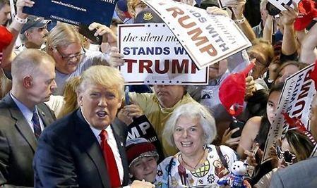 선거 유세 중 지지자에 둘러싸인 트럼프.