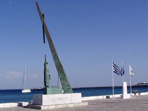 그리스 사모스 섬의 피타고라스 동상. 그가 증명한 불멸의 피타고라스 정리를 형상화한 직각삼각형 모양의 조형물과 함께 서 있다.